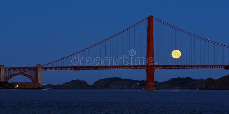 Moonset et golden gate bridge photo libre de droits