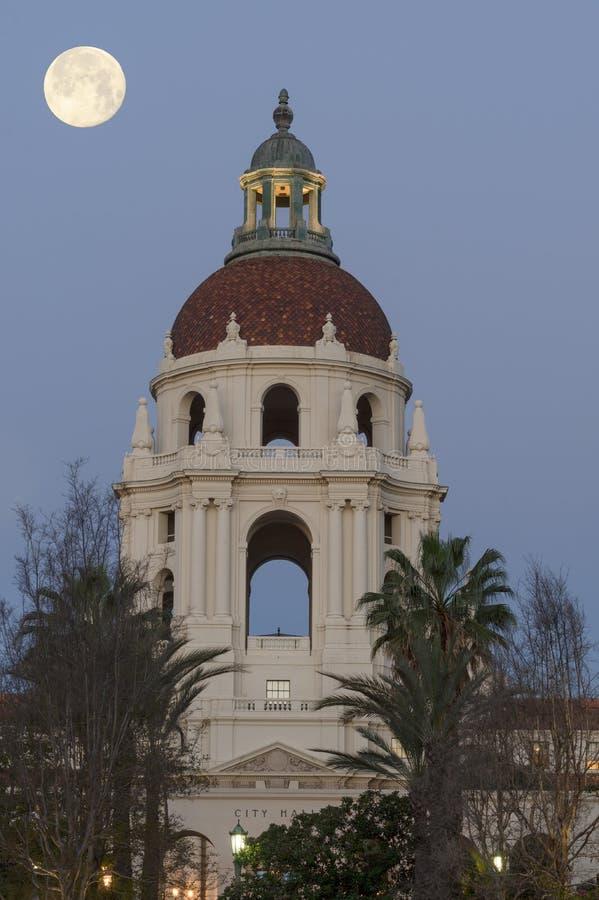 Moonset over het Stadhuis van Pasadena stock afbeeldingen