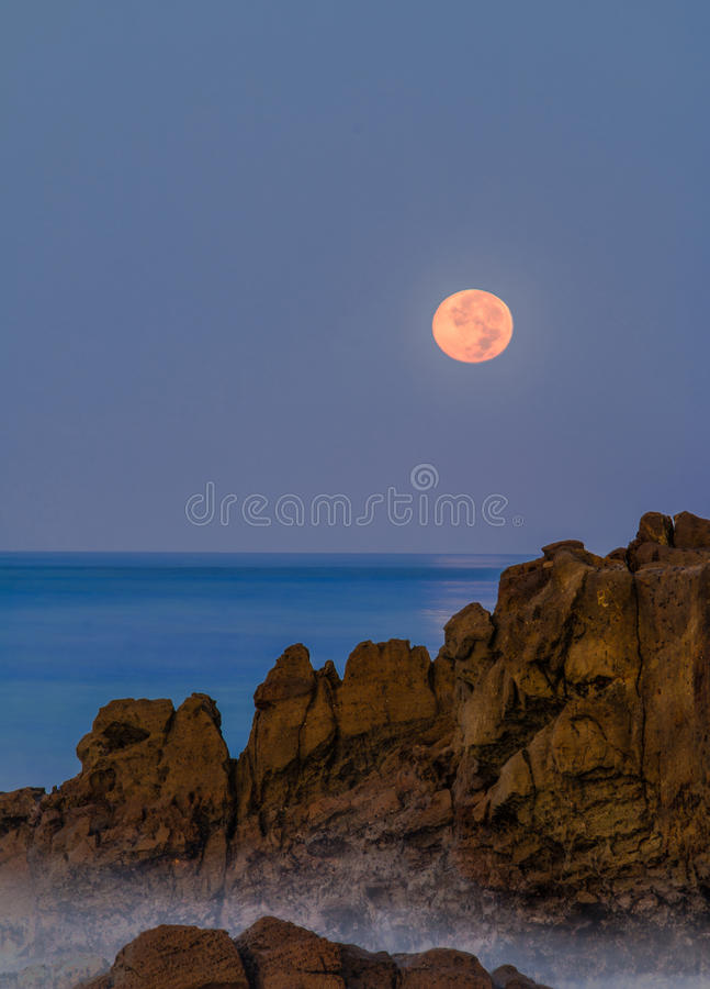 Moonset over Laguna Beach royalty-vrije stock afbeelding