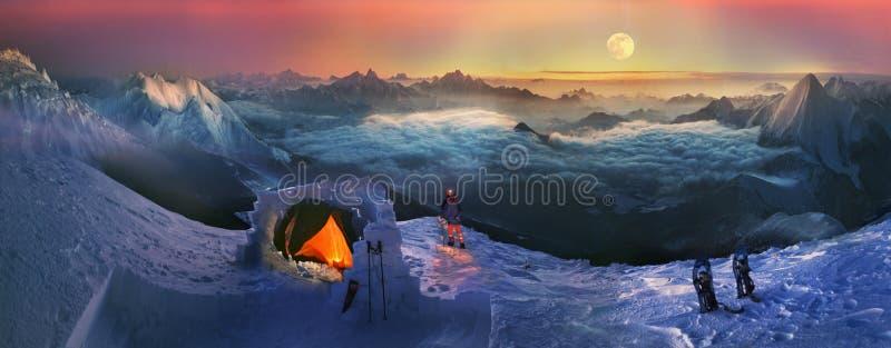 Moonset w wysokich górach obrazy royalty free