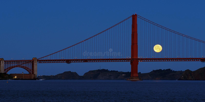 Moonset y puente Golden Gate foto de archivo libre de regalías