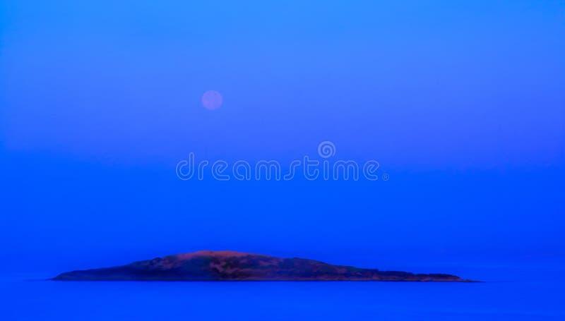 Moonset y salida del sol azules