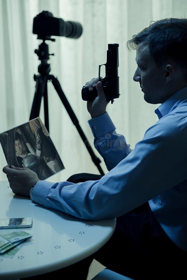 Moordenaar met kanon stock afbeeldingen