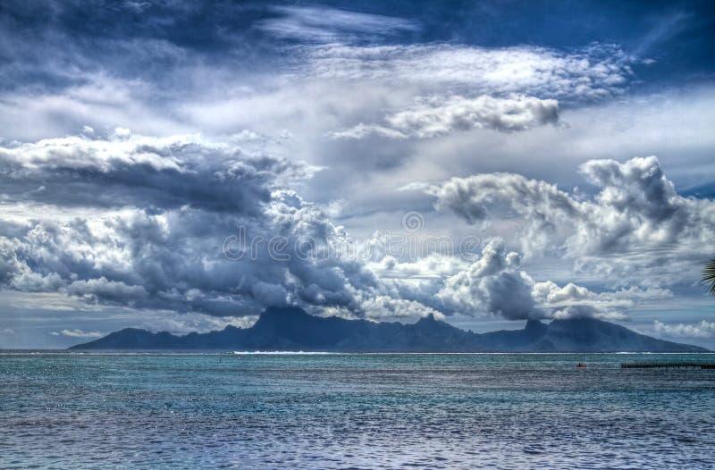 Moorea atrae las nubes fotografía de archivo