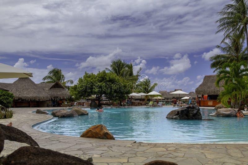 MOOREA FRANSKA POLYNESIEN - OKTOBER 8 2011 - tropisk simbassäng för ösemesterort arkivfoto