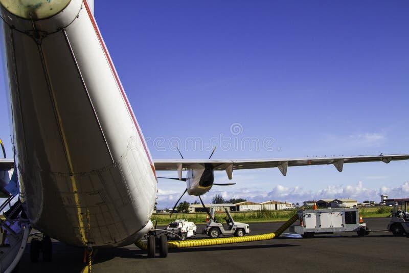 MOOREA, FRANZÖSISCH-POLYNESIEN - 7. OKTOBER 2011 - hinter einer Air Tahiti automatische Rückstellung auf Flughafenasphalt lizenzfreie stockfotografie