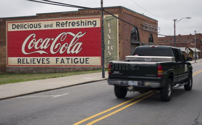 MOORESVILLE, NC 19-ое мая 2018: Тележка здания ливреи настенной росписи кока-колы стоковая фотография rf