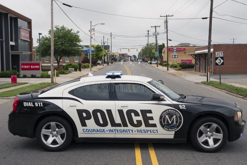 MOORESVILLE, NC 19 de maio de 2018: Carro preto e branco do carro policial da cidade imagem de stock