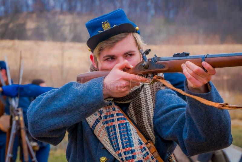 MOORPARK, USA - APRIL, 18, 2018: Das Porträt des hübschen Jungen ein Gewehr in seinem halten übergibt bereites, die Darstellung z stockbild