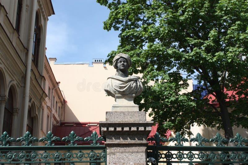 Moors雕塑在守卫大厦的篱芭的在彼得斯堡 免版税库存照片