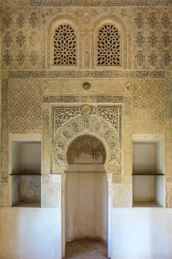 Moors Islamitisch ontwerp met wit pleister in Granada, Spanje, Eur stock afbeelding