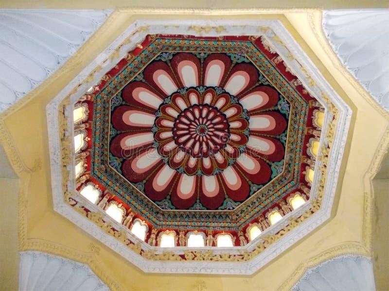 Moorse architectuur met ingewikkelde schilderijen op de plafonds stock afbeeldingen