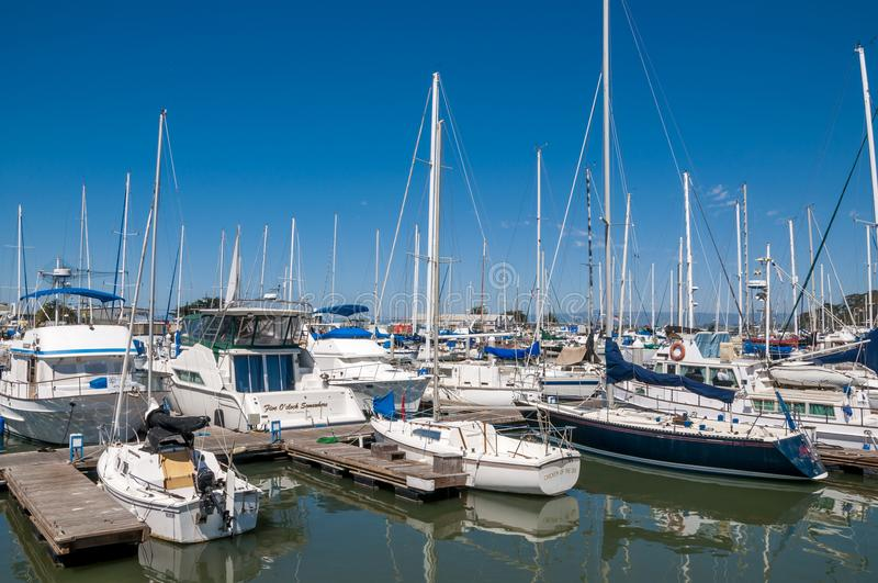 MOOS-LANDUNG, KALIFORNIEN - 9. September 2015 - Boote koppelte in Moss Landing Harbor an lizenzfreie stockfotografie