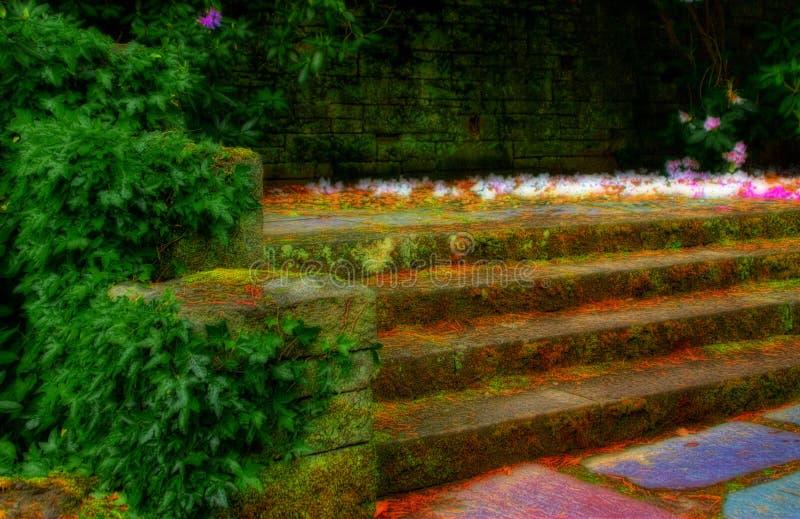 Moos und Efeu auf Steinjobsteps lizenzfreies stockfoto