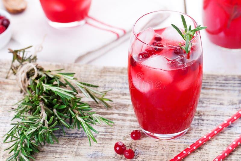 Moosbeer- und Rosmarinlimonade, Cocktail, sprudeln auf einem hölzernen Hintergrund lizenzfreie stockfotos