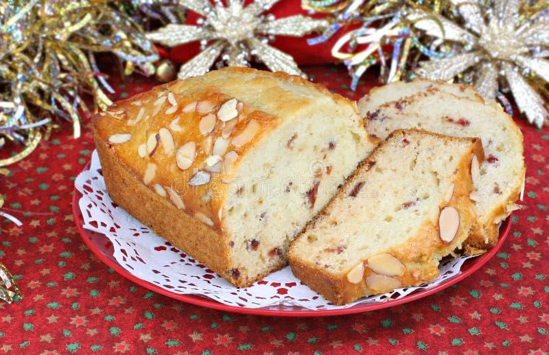 Moosbeere-Mandel-Pound-Kuchen in der Weihnachtseinstellung stockbilder