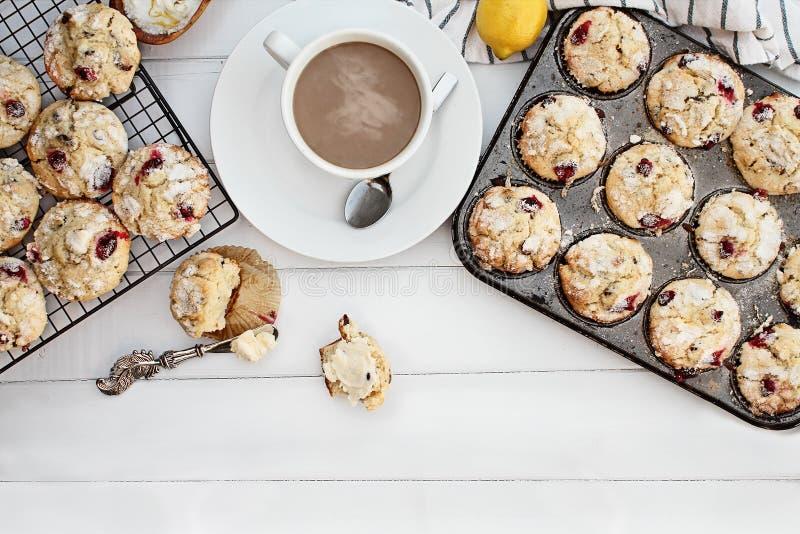 Moosbeermuffins und heißer Kaffee stockfotografie