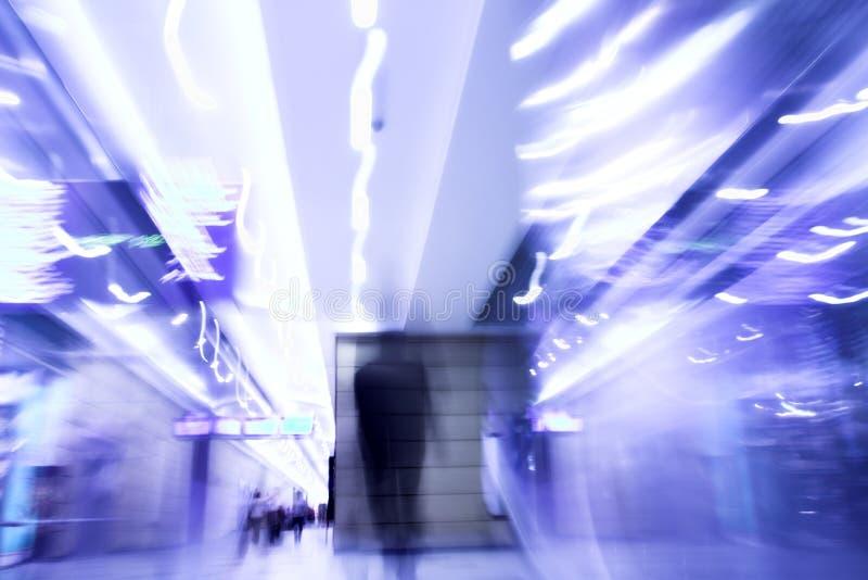 Moovig d'homme dans le bureau - tache floue de mouvement images stock