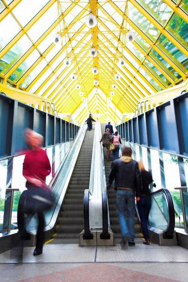 Mooving Rolltreppen und Treppen lizenzfreie stockfotos