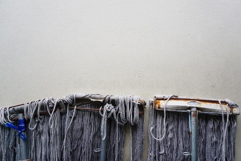 Mop στον τοίχο τσιμέντου στοκ φωτογραφία με δικαίωμα ελεύθερης χρήσης