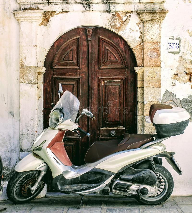 Moped blokingu podwórza wejście fotografia royalty free