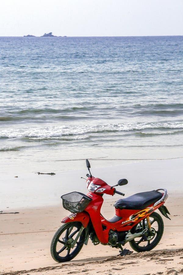 Moped p? stranden Motorcykel på bakgrund av havet arkivbilder