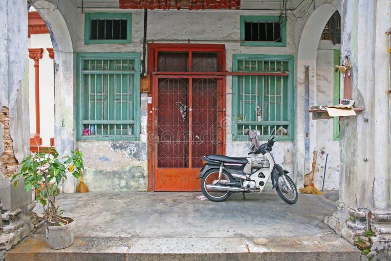 Moped parkerat utvändigt hus i South East Asia royaltyfri foto