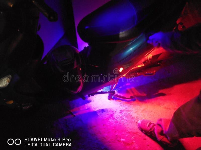 Moped w zmroku z czerwonym i błękitnym underglow obrazy stock