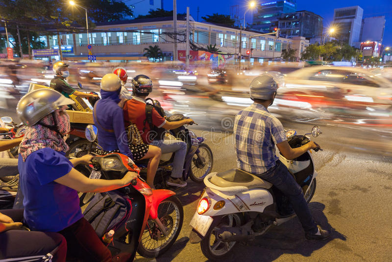 Mopedchaufförer på tvärgatan, Ho Chi Minh City royaltyfria foton