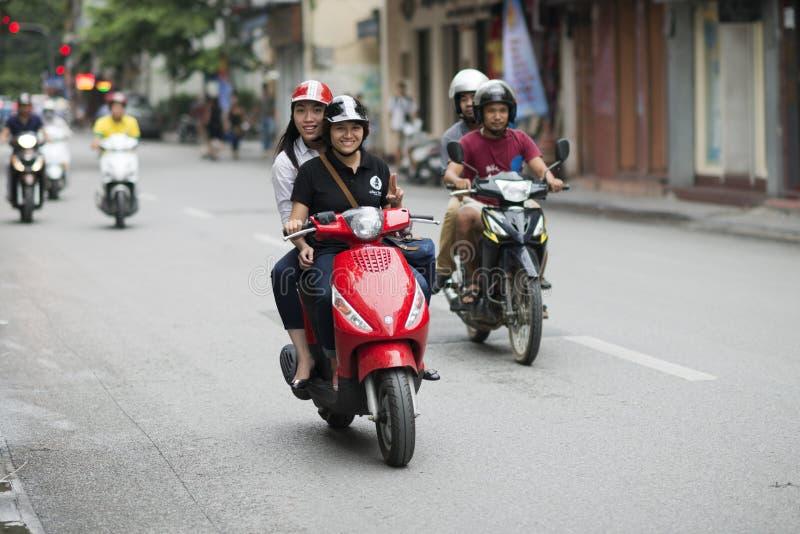 Mopeder, motorcyklar och sparkcyklar i Hanoi Mopedtrafikstockning i den fullsatta staden av Hanoi, Vietnam arkivfoton