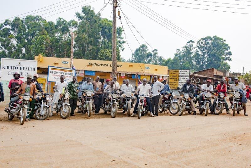 Mopedryttaren, motorcyklister som är klara för taxi, reser i Uganda fotografering för bildbyråer