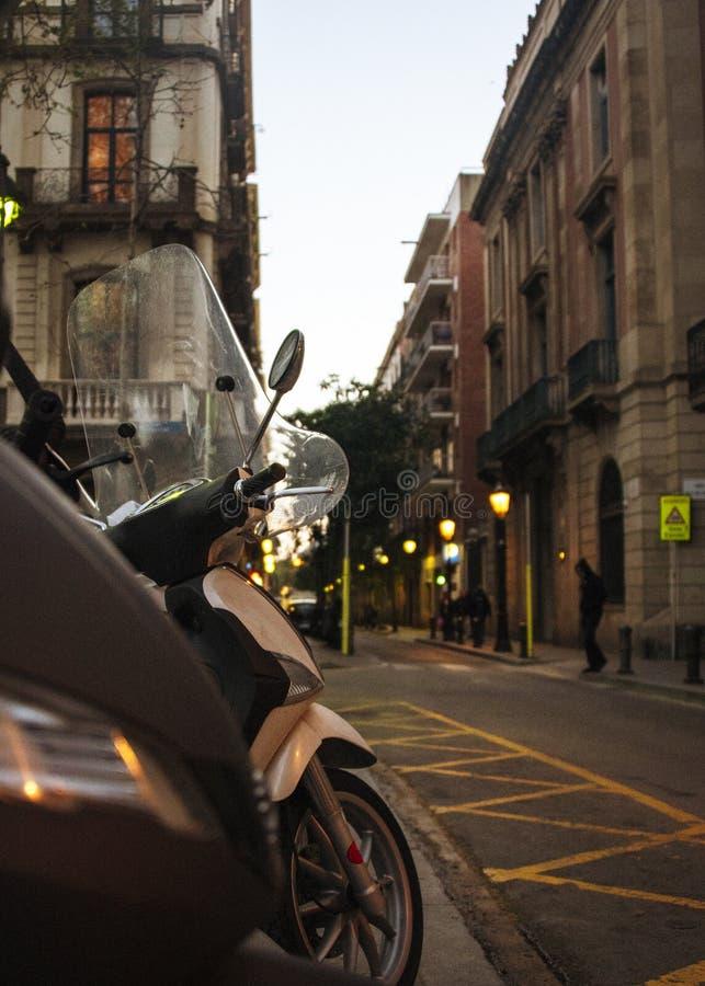 Mopeds przy stroną droga, wczesny wieczór zdjęcia stock