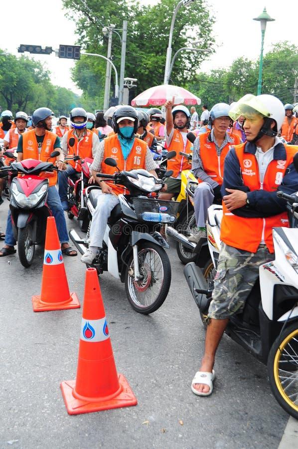 Mopedtaxiryttare väntar på kunder i Bangkok, Thailand arkivbilder