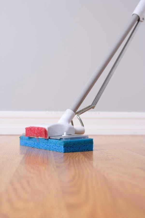 mopping för golvädelträ fotografering för bildbyråer