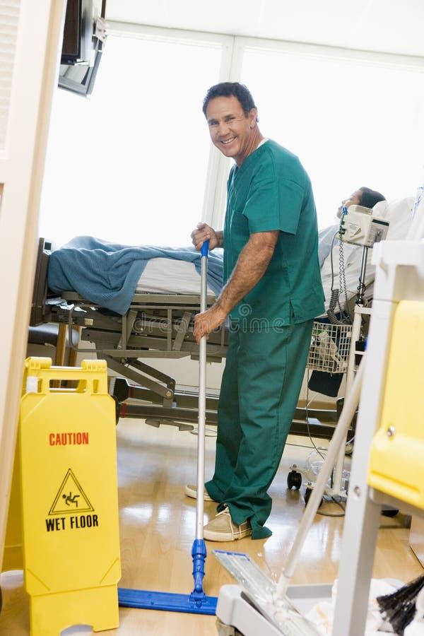 mopping sjukvårdare för golvsjukhus royaltyfria bilder
