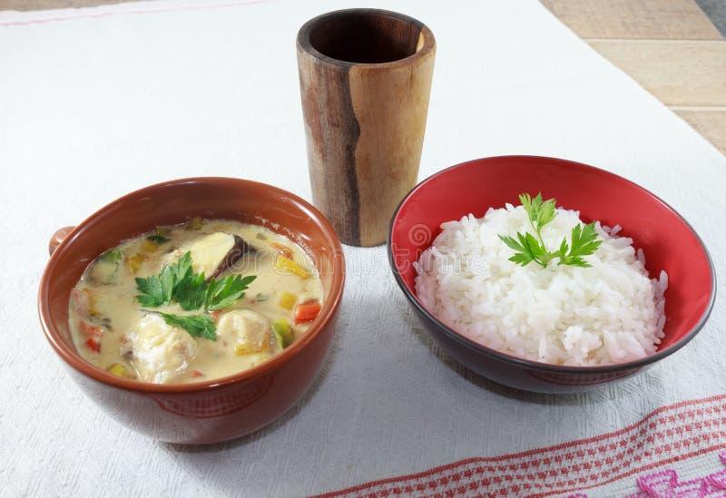 Moqueca van vissen en groene paprika's, voedsel Braziliaan, diende met witte rijst, op een houten lijst stock afbeelding