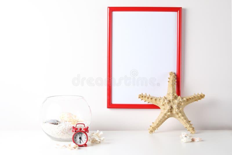 Moquerie blanche de cadre sur des étagères à livres d'isolement sur le fond blanc images libres de droits