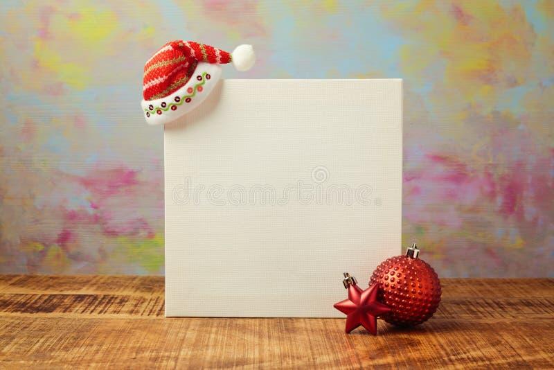 Moquerie d'affiche de Noël vers le haut de conception de calibre avec le chapeau et les décorations de Santa photos libres de droits