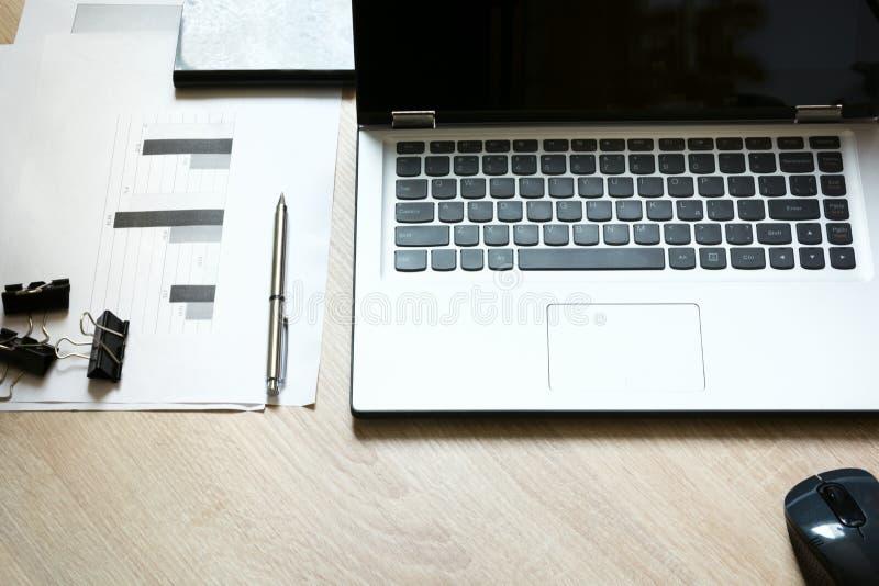 Moquerie d'identité d'entreprise sur un bureau avec l'ordinateur portable et la documentation avec des graphiques photos libres de droits