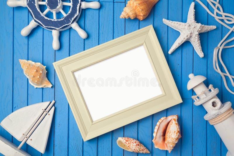 Moquerie de cadre d'affiche de vacances d'été vers le haut de calibre Vue de ci-avant Configuration plate photos libres de droits