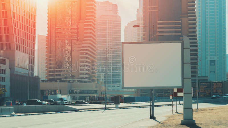 Moquerie de panneau d'affichage haute et gratte-ciel à Dubaï image stock