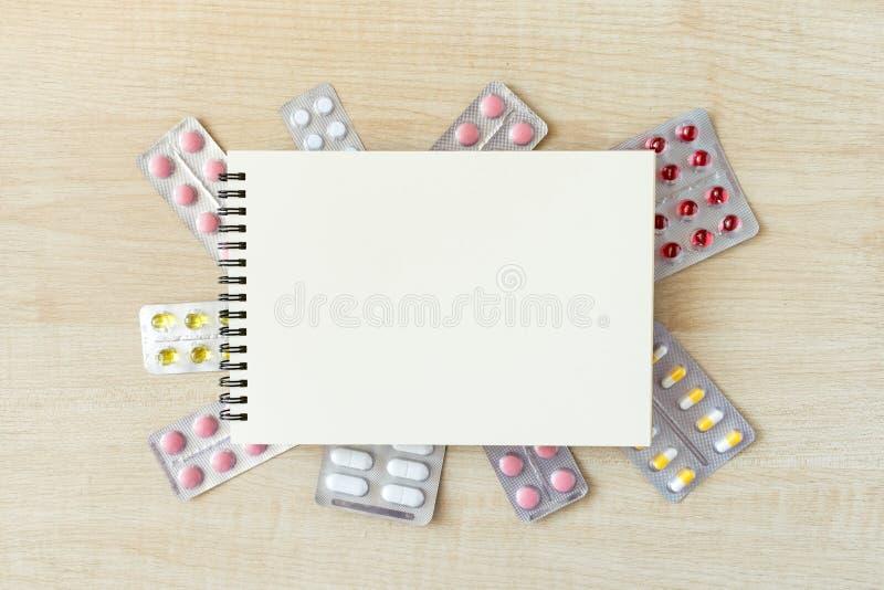 Moquerie de papier de bloc-notes dans le cadre de diverses boursouflures avec la multi-Co image stock