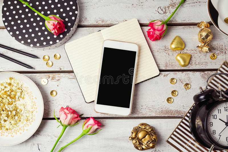 Moquerie futée de téléphone avec les objets féminins Vue de ci-avant photo libre de droits
