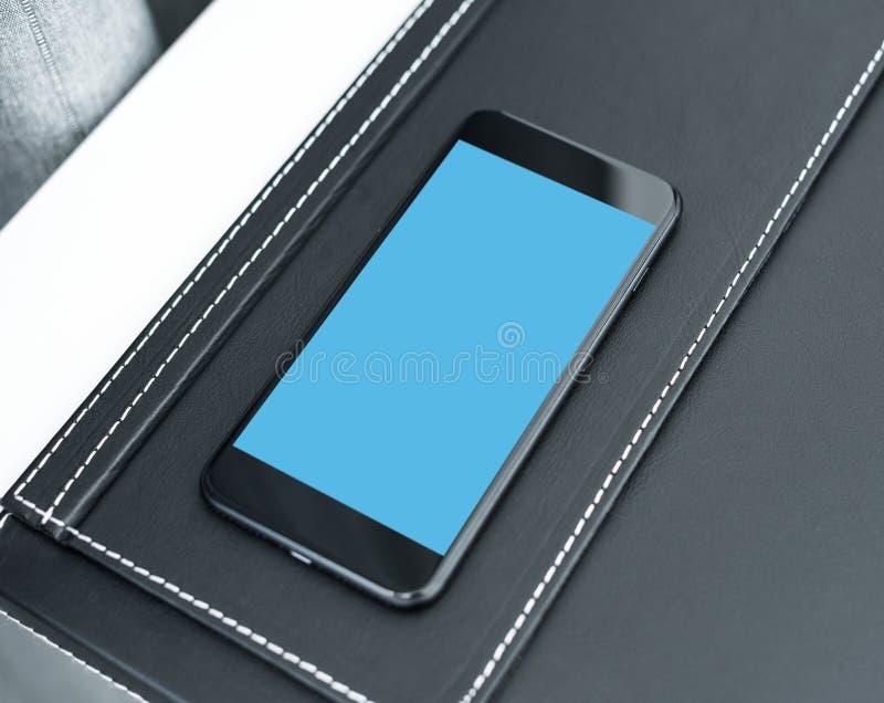 Moquerie futée noire de téléphone au-dessus de table Chemin de coupure inclus image libre de droits