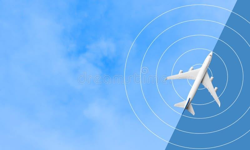 Moquerie vers le haut du vol d'avion sur le ciel bleu voyage de transport photos stock