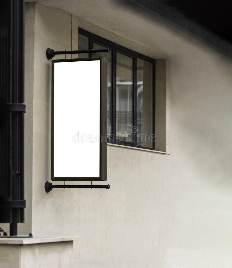 Moquerie vide verticale vers le haut de la coupure urbaine extérieure d'enseigne au néon de mur de maquette de panneau d'affichag images stock