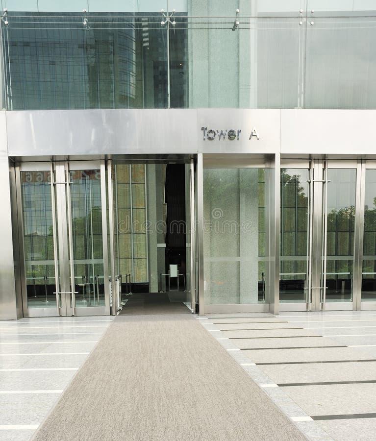 Moquette al cancello moderno della costruzione fotografia for Costo della costruzione dell edificio