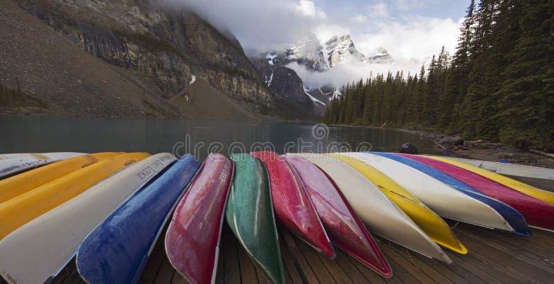 Morän sjö och kanoter i Alberta, Kanada royaltyfri foto