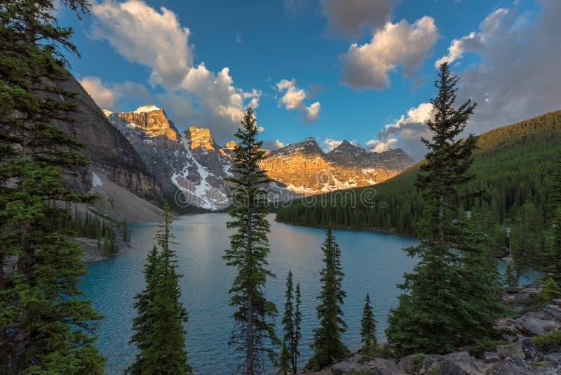 Morän sjö på soluppgång i den Banff nationalparken, kanadensiska steniga berg royaltyfria bilder
