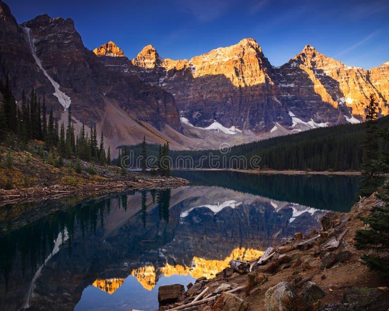 Morän sjö tidigt på morgonen fotografering för bildbyråer